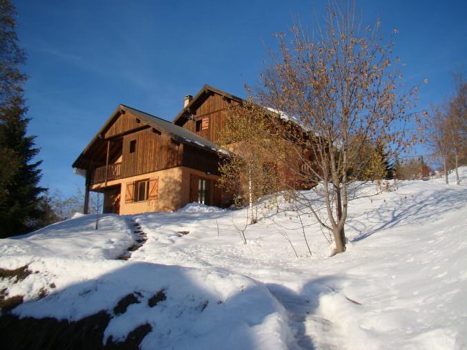 Chalet Rouge ou Blanc in winter blue sky