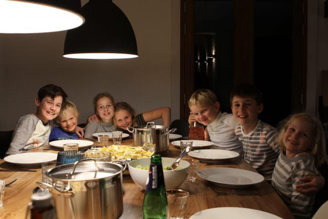kinderen aan de eettafel